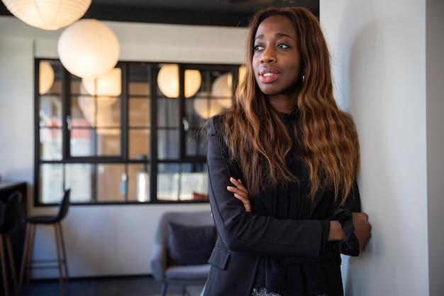 Mulher de negócios afro-americana com os braços cruzados.