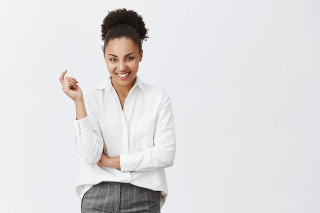 Mulher de negócios afro-americana de sucesso parecendo satisfeita e confiante
