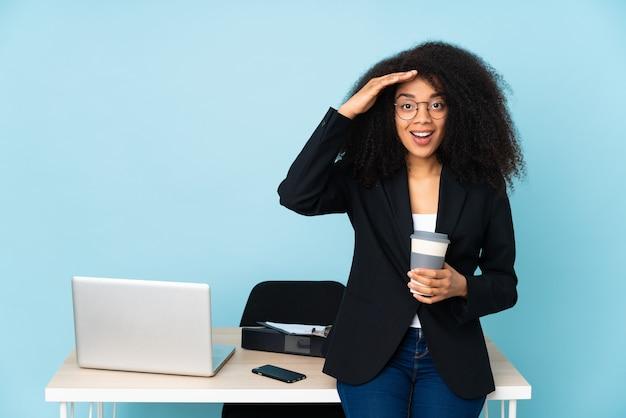 Mulher de negócios afro-americana que trabalha em seu local de trabalho acaba de perceber algo e tem a intenção de encontrar a solução