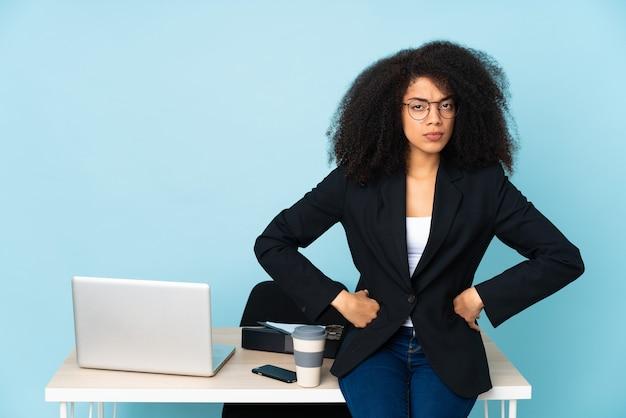 Mulher de negócios afro-americana trabalhando em seu local de trabalho com raiva