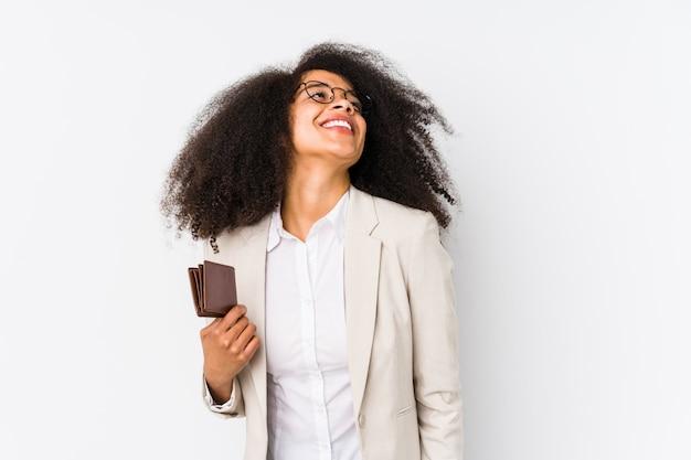 Mulher de negócios afro jovem segurando um carro de crédito isolado mulher de negócios afro jovem segurando um cartão de crédito para atingir metas e propósitos