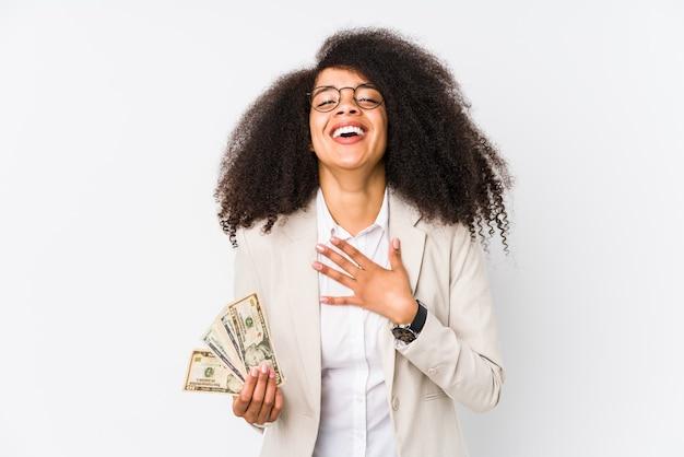 Mulher de negócios afro jovem segurando um carro de crédito isolado mulher de negócios afro jovem segurando