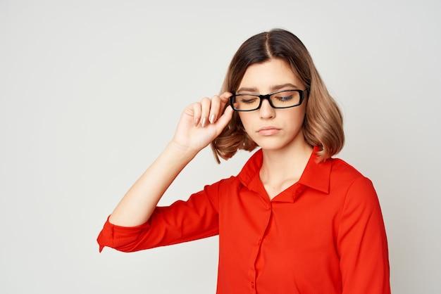 Mulher de negócios alegre, de camisa vermelha e óculos, trabalho de gerente