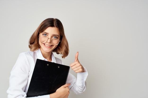 Mulher de negócios alegre em uma camisa branca escritório trabalho luz de fundo