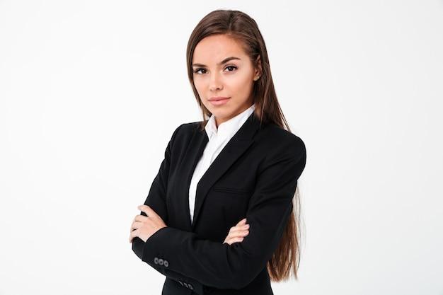 Mulher de negócios alegre incrível em pé com os braços cruzados