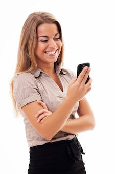 Mulher de negócios alegre mandando mensagens de texto no celular