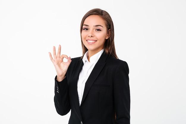 Mulher de negócios alegre mostrando gesto bem