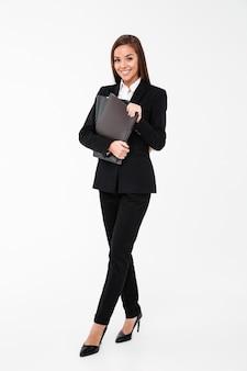 Mulher de negócios alegre segurando pastas.
