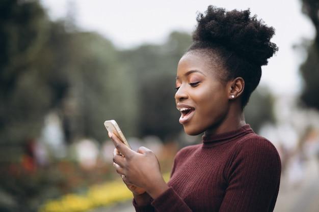 Mulher de negócios americano africano com telefone