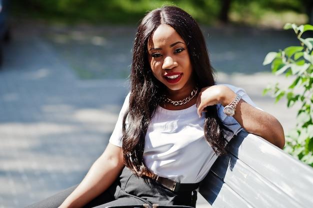 Mulher de negócios americano africano elegante nas ruas da cidade.