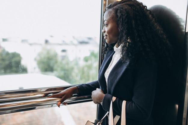 Mulher de negócios americano africano em um elevador