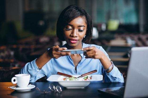 Mulher de negócios americano africano fazendo foto