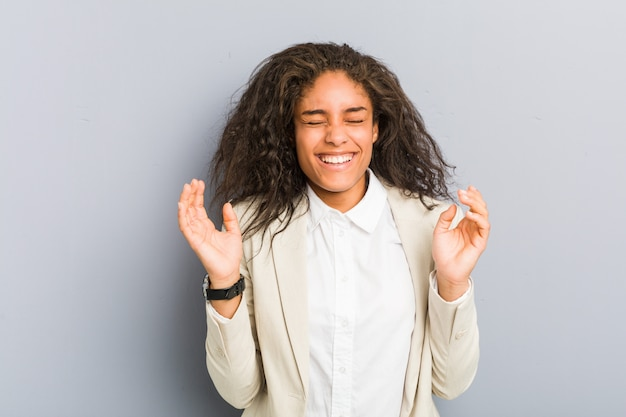 Mulher de negócios americano africano jovem alegre rindo muito. conceito de felicidade.