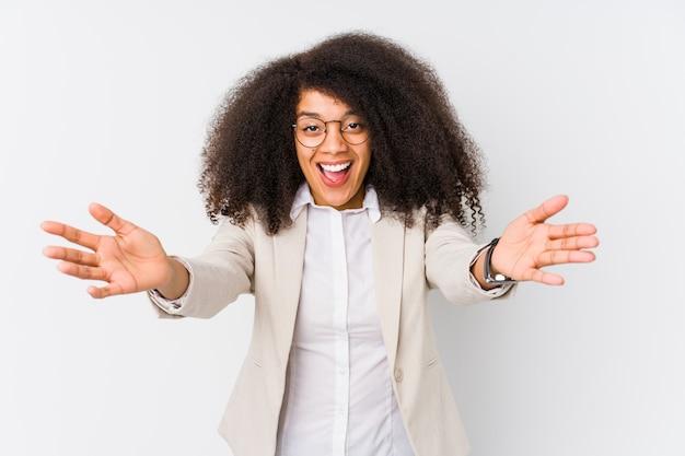 Mulher de negócios americano africano jovem se sente confiante dando um abraço