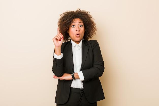 Mulher de negócios americano africano jovem tendo uma ótima idéia, de criatividade.