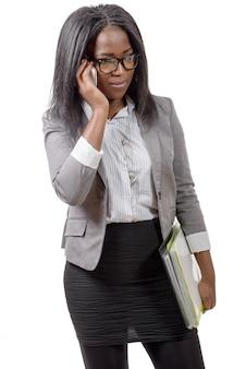 Mulher de negócios americano africano no telefone