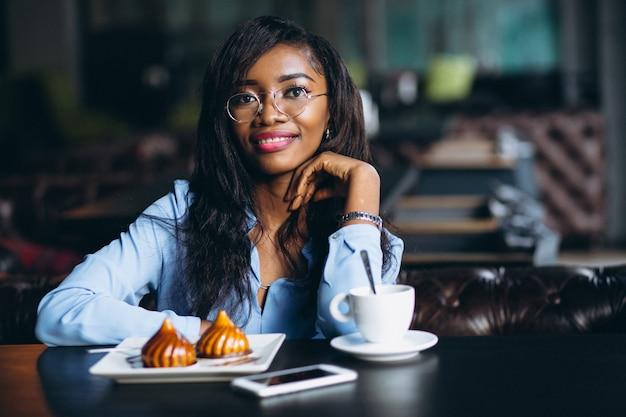 Mulher de negócios americano africano sentado em um café