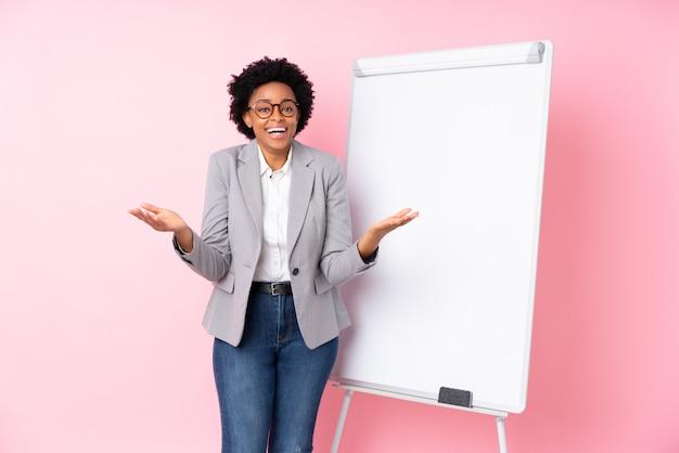 Mulher de negócios americano africano sobre parede rosa