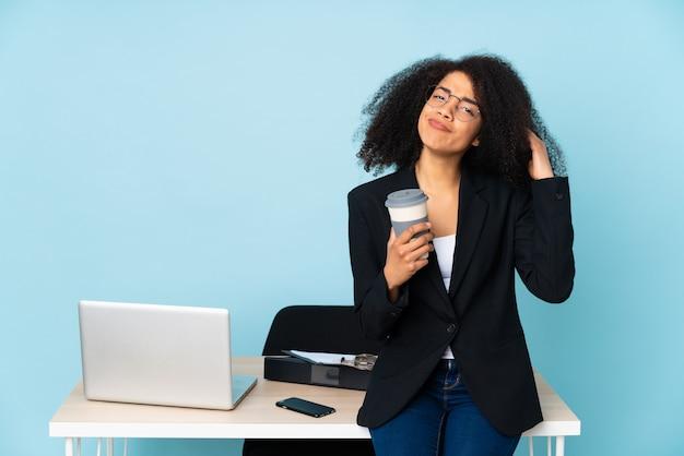 Mulher de negócios americano africano trabalhando em seu local de trabalho tendo dúvidas