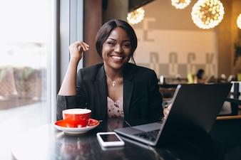 Mulher de negócios americano africano trabalhando em um café