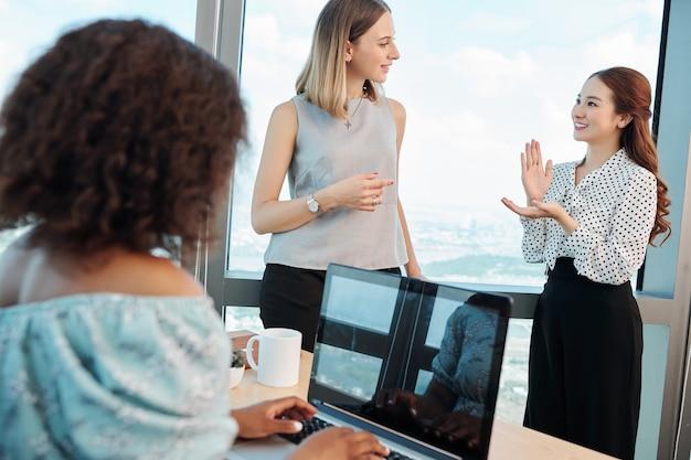 Mulher de negócios animada compartilhando uma ideia criativa