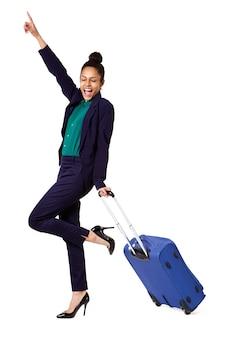 Mulher de negócios animado com mala de viagem