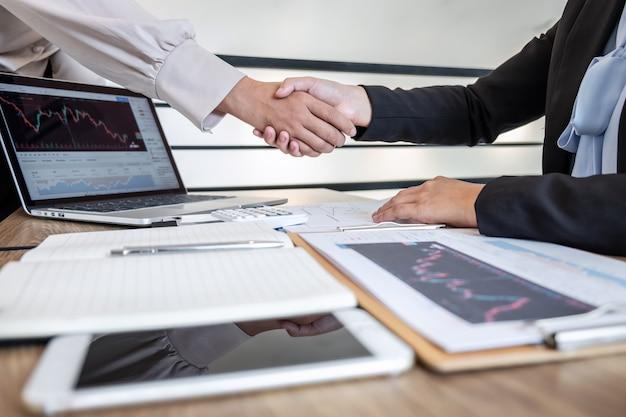Mulher de negócios, apertando as mãos após a conversa do projeto de marketing de investimento de cooperação de parceiro