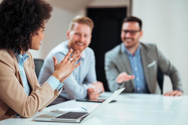 Mulher de negócios, apresentando suas sugestões aos colegas.