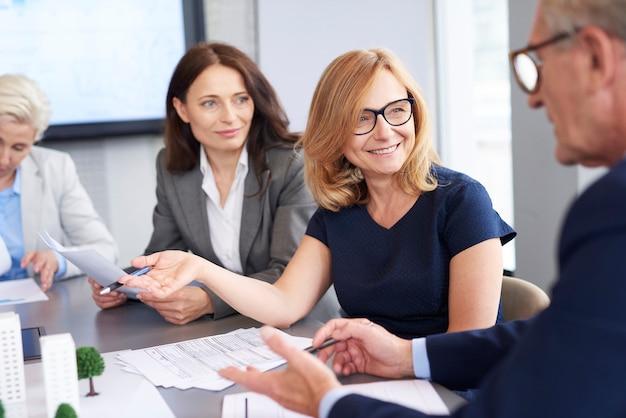 Mulher de negócios apresentou novas soluções
