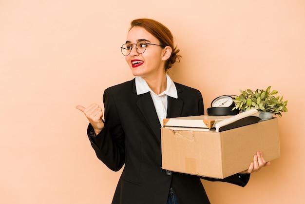 Mulher de negócios árabes magros jovens movendo pontos isolados de trabalho com o dedo polegar longe, rindo e despreocupada.
