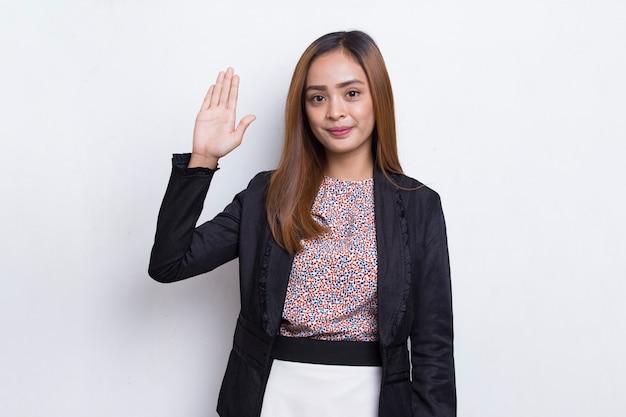 Mulher de negócios asiática dizendo olá isolada no fundo branco