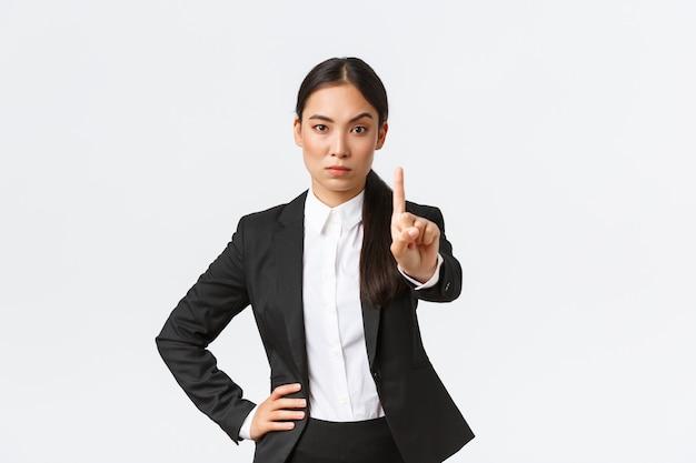 Mulher de negócios asiática em fundo branco.