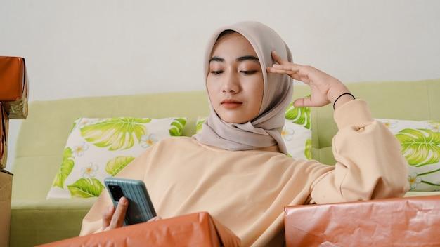 Mulher de negócios asiática exausta de trabalho