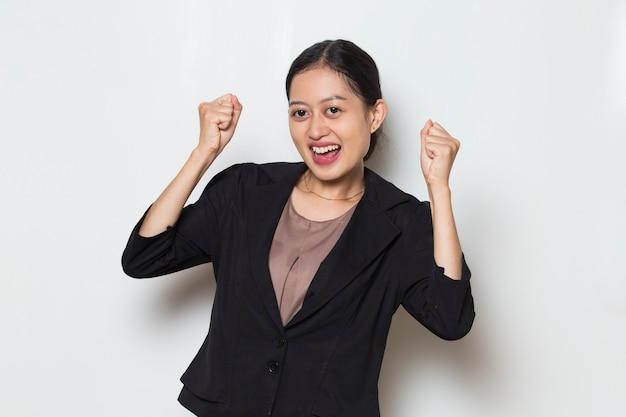 Mulher de negócios asiática feliz e animada comemorando a vitória, grande sucesso, energia, energia