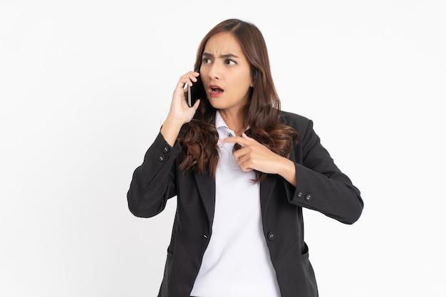 Mulher de negócios asiática fica chocada ao fazer uma ligação com espaço
