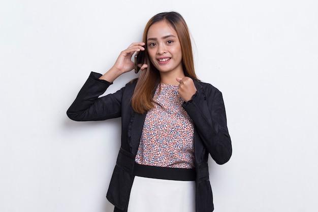 Mulher de negócios asiática jovem feliz usando telefone celular isolado no fundo branco