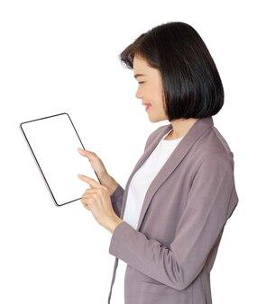 Mulher de negócios asiática operando um tablet inteligente, imagem de fundo branco. imagem do trajeto de grampeamento.