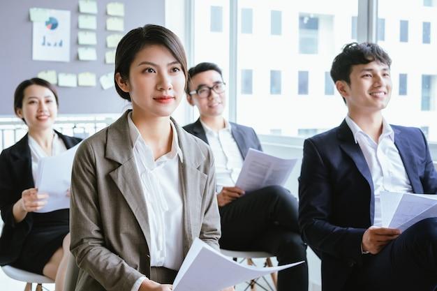 Mulher de negócios asiática ouvindo atentamente durante a reunião