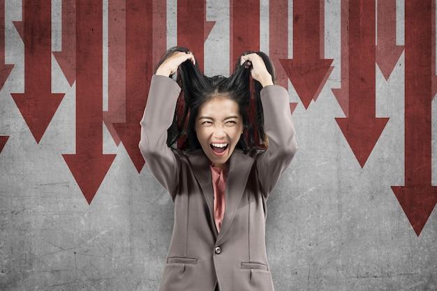 Mulher de negócios asiática se sentindo deprimido com impacto econômico global