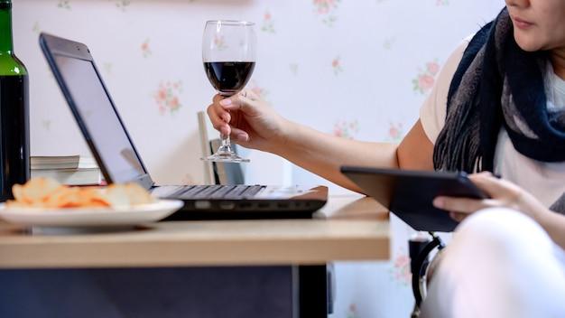 Mulher de negócios asiática trabalha em casa durante a crise do vírus corona. distanciar-se socialmente e ficar em casa, fique seguro. novo normal e vida após covid-19.