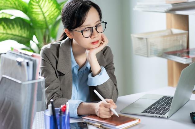 Mulher de negócios asiática trabalhando em casa