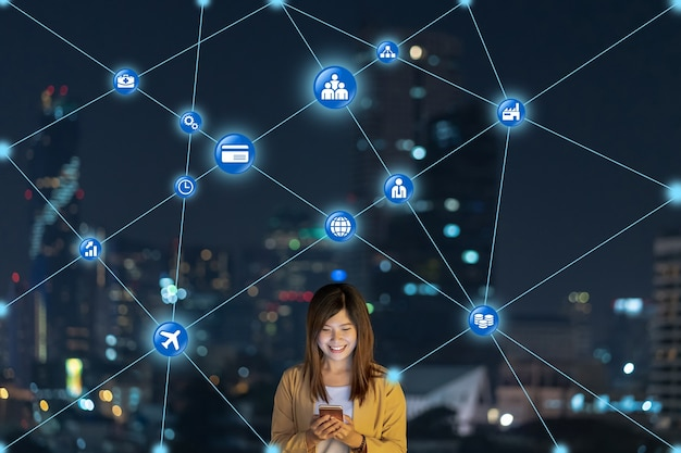 Mulher de negócios asiática usando telefone celular inteligente para conexão de rede de computadores