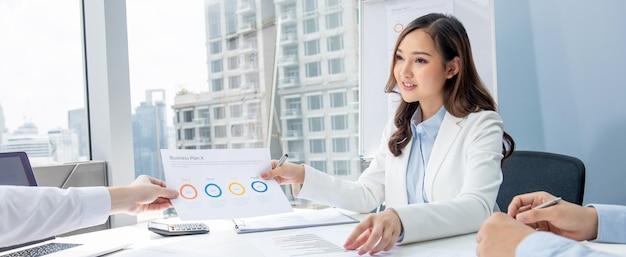Mulher de negócios asiático tendo reunião anual no escritório