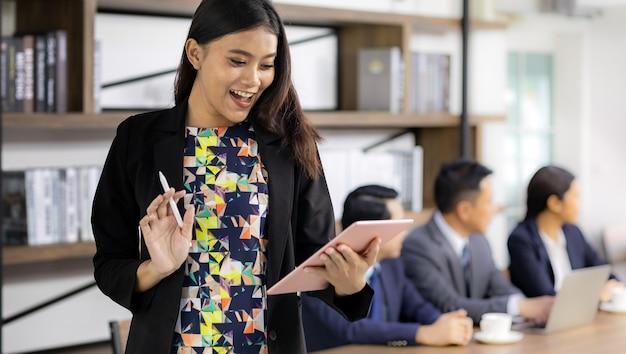Mulher de negócios asiático trabalhando com tablet inteligente