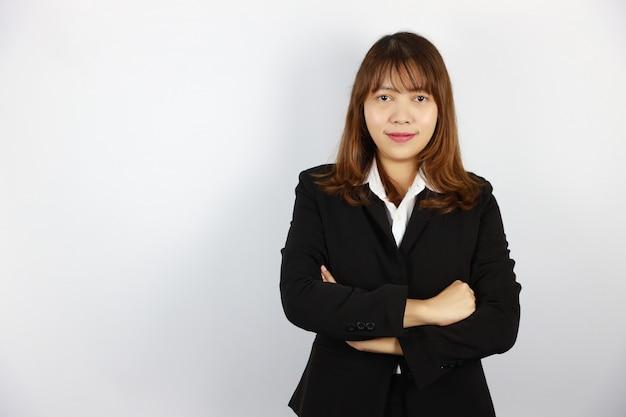 Mulher de negócios asiático, vestindo terno preto com cara confiante em branco