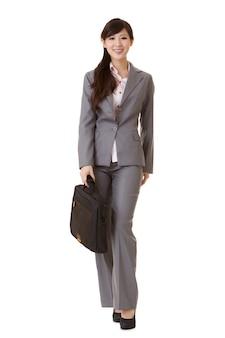 Mulher de negócios asiáticos em pé segurando uma pasta