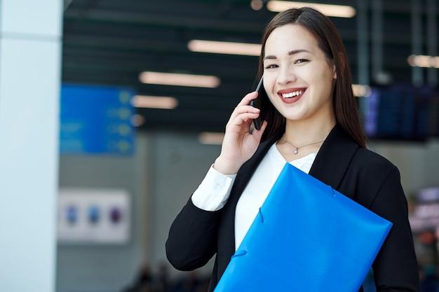 Mulher de negócios asiáticos falando ao telefone. retrato de uma menina bonita no escritório ou sala de reunião