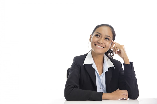 Mulher de negócios asiáticos fingindo como pensar enquanto olha para cima