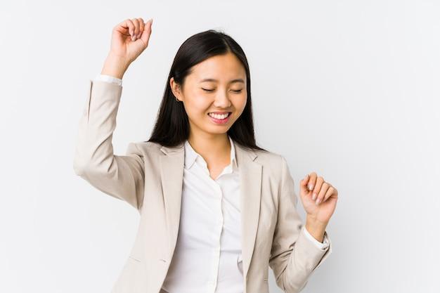 Mulher de negócios asiáticos jovens comemorando um dia especial, saltos e levante os braços com energia