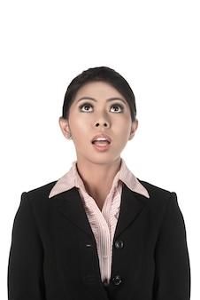 Mulher de negócios asiáticos olhando para cima